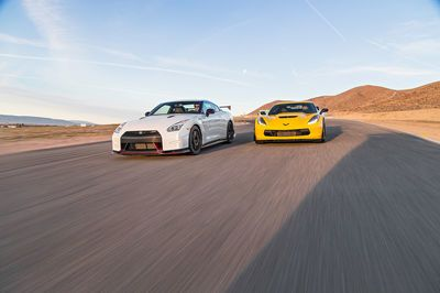 Video: 2015 Chevrolet Corvette Z06 Vs. 2015 Nissan Gt-r Nismo