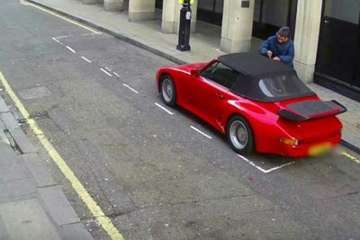 Video: Idiot Tries To Break Into Porsche During Broad Daylight!