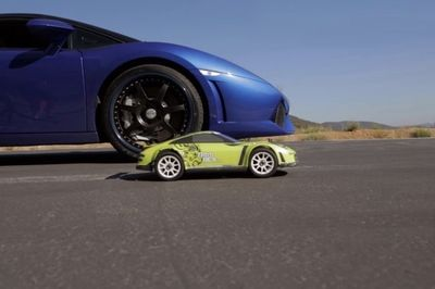 Video: Which One Is Faster? R/c Car Vs 550hp Lambo...