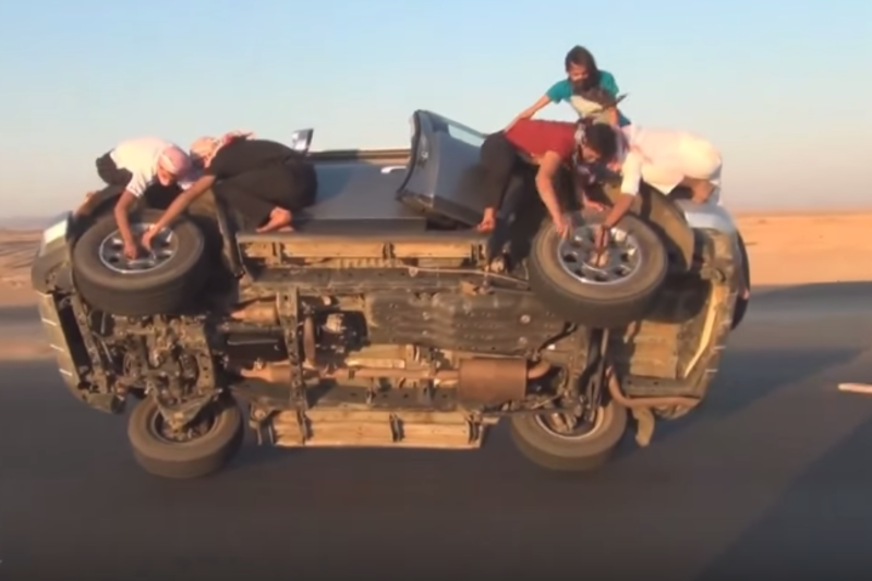 Video: Changing Wheels On A Car While Driving. Only The Saudis Can Be This Crazy! 1