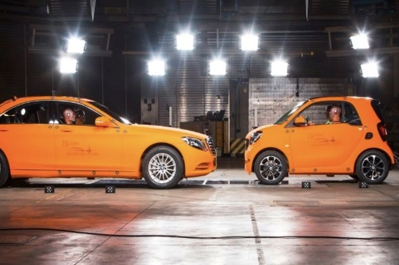Video: Smart Fortwo Vs Mercedes S-class: Crash Test! 1